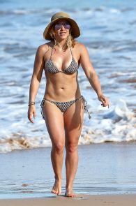 hilary-duff-wearing-a-bikini-in-hawaii-01