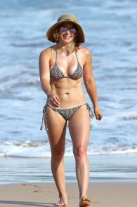 hilary-duff-wearing-a-bikini-in-hawaii-03