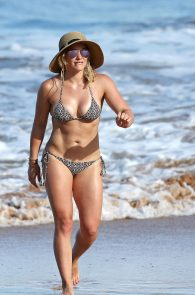 hilary-duff-wearing-a-bikini-in-hawaii-05