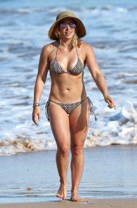 hilary-duff-wearing-a-bikini-in-hawaii-08