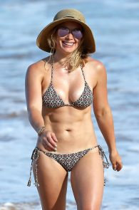 hilary-duff-wearing-a-bikini-in-hawaii-09