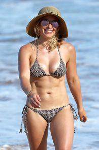 hilary-duff-wearing-a-bikini-in-hawaii-09