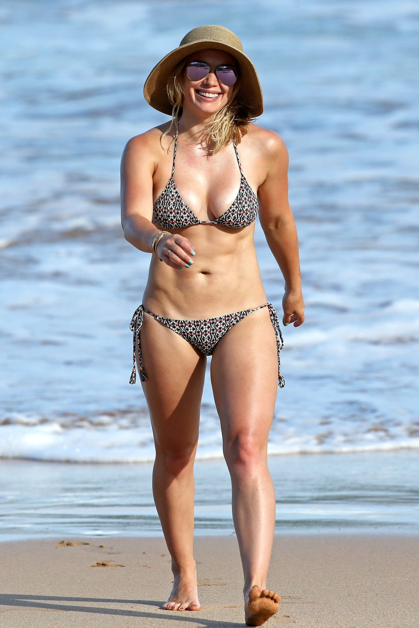 hilary-duff-wearing-a-bikini-in-hawaii-17