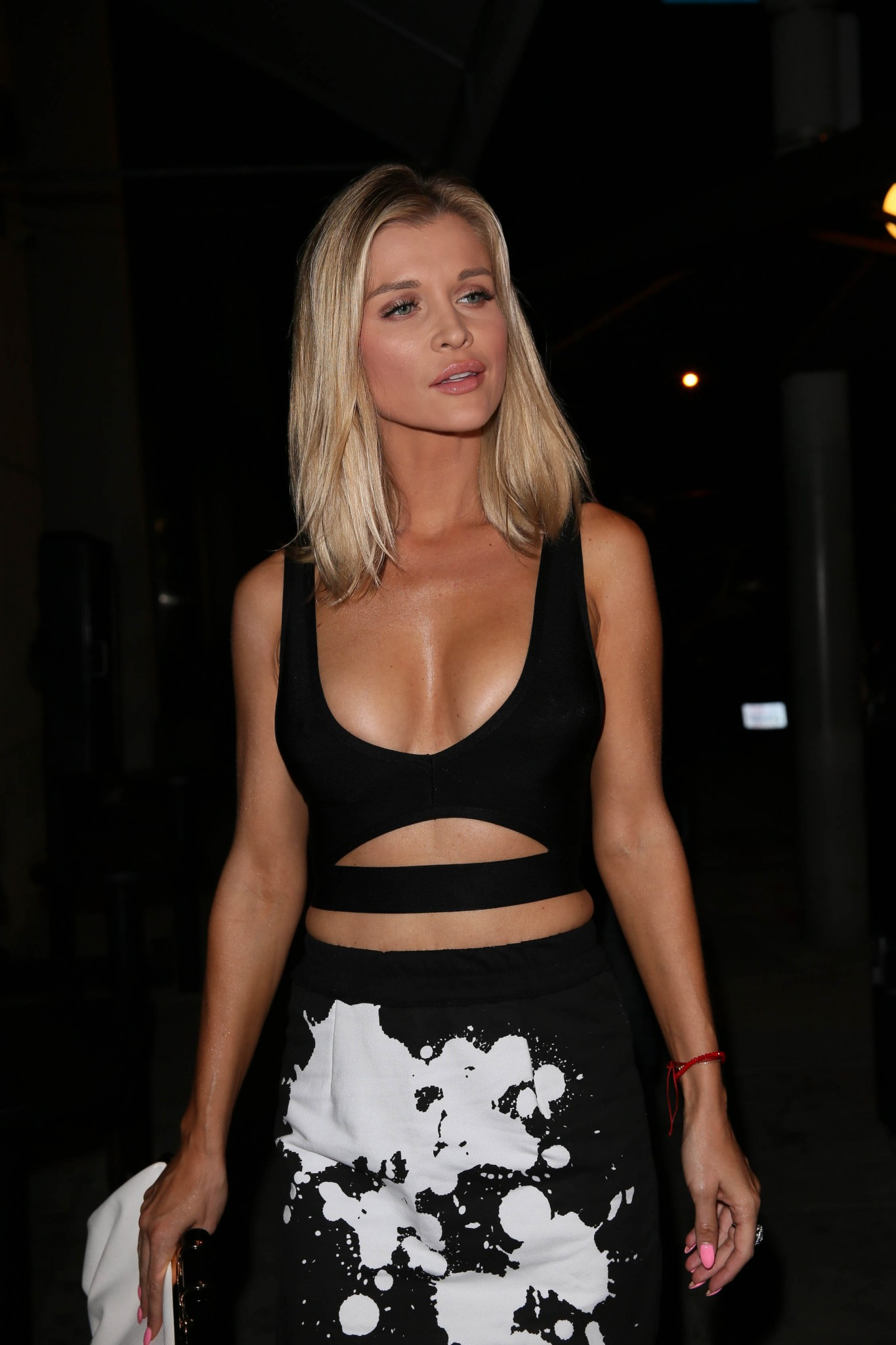 joanna-krupa-cleavage-at-craigs-restaurant-12
