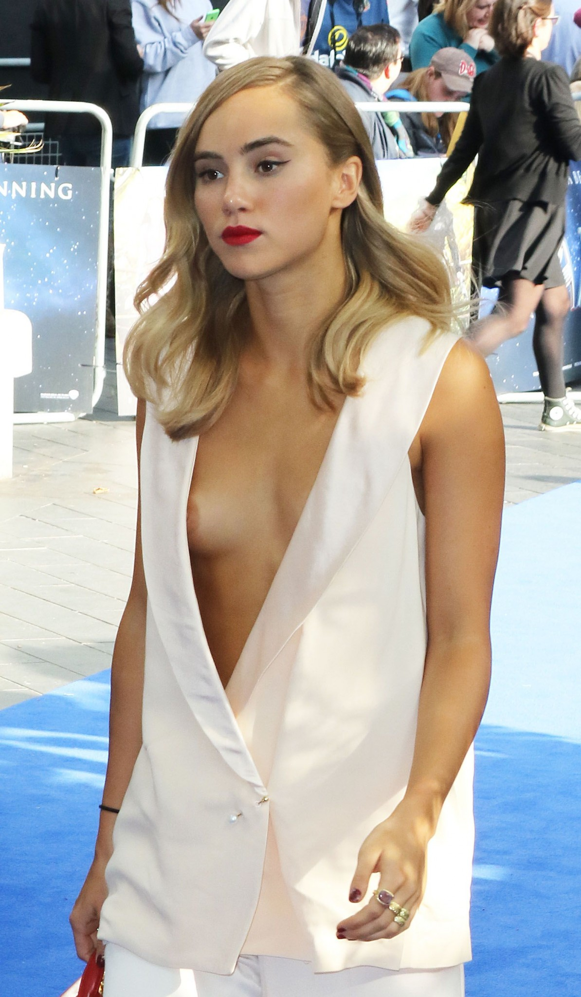 suki-waterhouse-nipple-slip-02