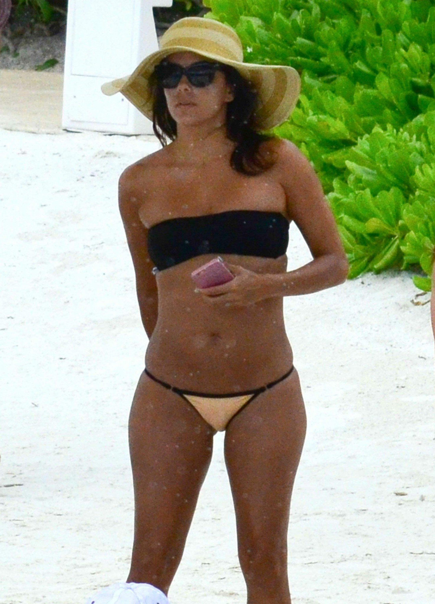 eva-longoria-wearing-a-bikini-in-cancun-mexico-03