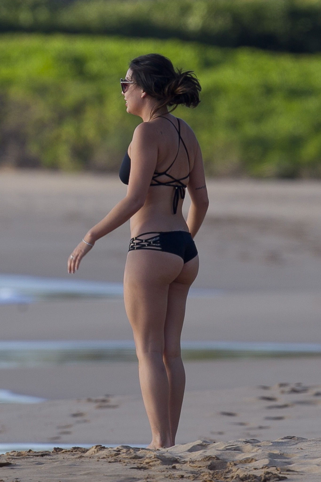 janel-parrish-wearing-a-bikini-on-the-beach-in-hawaii-16