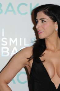 sarah-silverman-cleavage-at-i-smile-back-premiere-02
