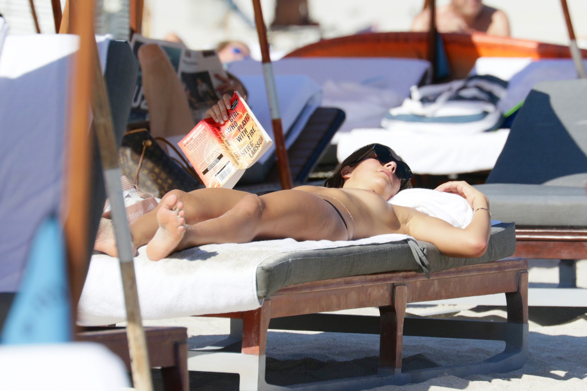 lucy-aragon-topless-on-the-beach-in-miami-03