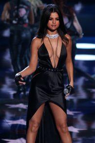 selena-gomez-braless-pokies-cleavage-at-victorias-secret-fashion-show-02