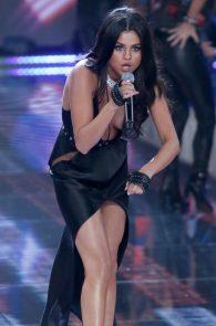 selena-gomez-braless-pokies-cleavage-at-victorias-secret-fashion-show-04