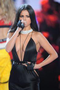 selena-gomez-braless-pokies-cleavage-at-victorias-secret-fashion-show-07