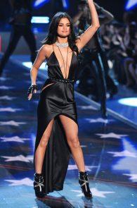 selena-gomez-braless-pokies-cleavage-at-victorias-secret-fashion-show-08