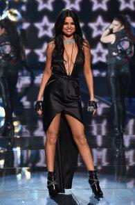 selena-gomez-braless-pokies-cleavage-at-victorias-secret-fashion-show-10