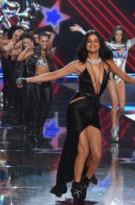 selena-gomez-braless-pokies-cleavage-at-victorias-secret-fashion-show-16