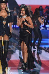 selena-gomez-braless-pokies-cleavage-at-victorias-secret-fashion-show-17