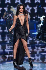selena-gomez-braless-pokies-cleavage-at-victorias-secret-fashion-show-25