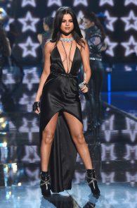 selena-gomez-braless-pokies-cleavage-at-victorias-secret-fashion-show-26
