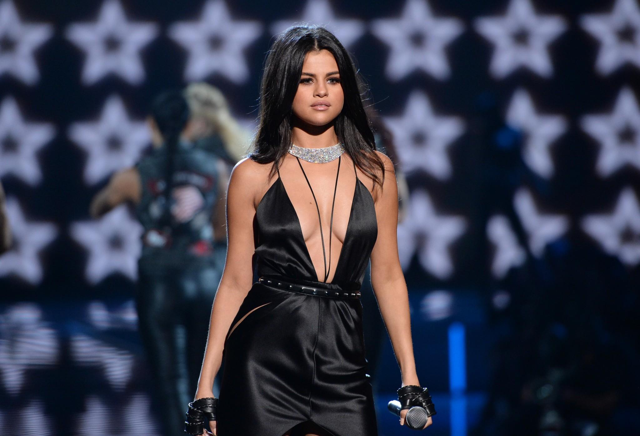 selena-gomez-braless-pokies-cleavage-at-victorias-secret-fashion-show-27
