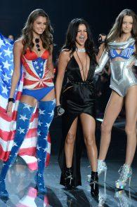 selena-gomez-braless-pokies-cleavage-at-victorias-secret-fashion-show-28
