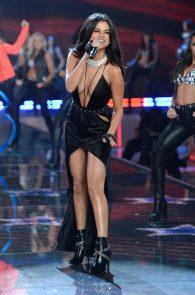 selena-gomez-braless-pokies-cleavage-at-victorias-secret-fashion-show-29
