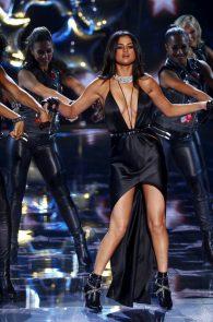selena-gomez-braless-pokies-cleavage-at-victorias-secret-fashion-show-32