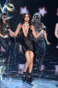 selena-gomez-braless-pokies-cleavage-at-victorias-secret-fashion-show-40
