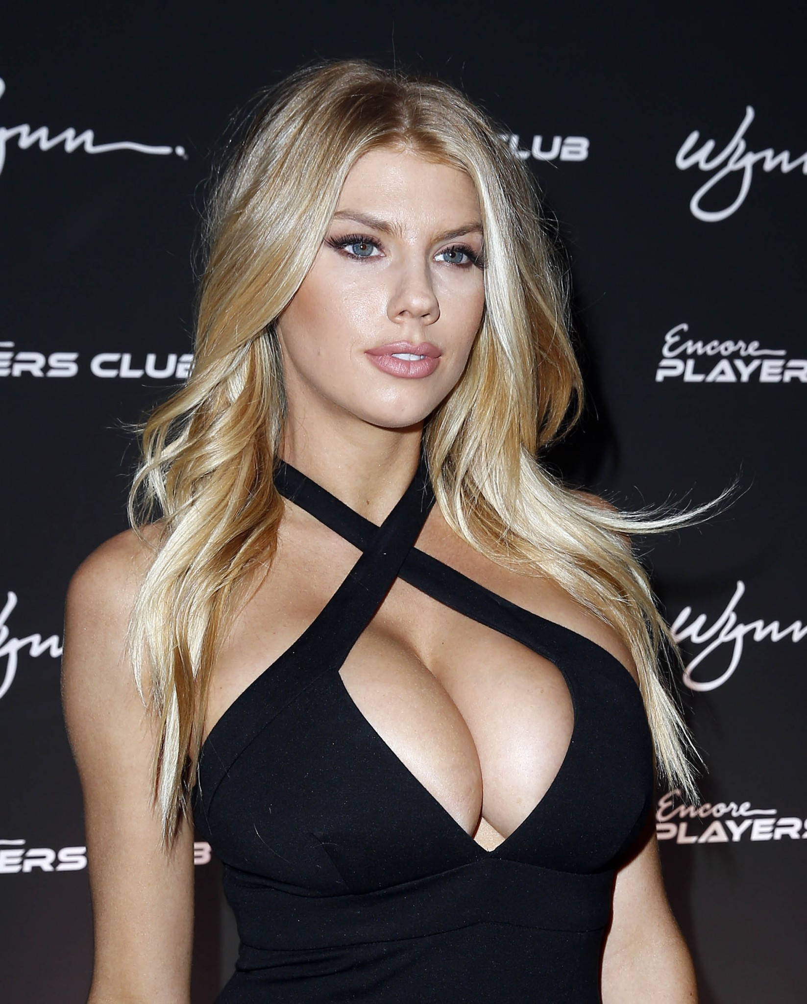 charlotte-mckinney-huge-cleavage-at-encore-players-club-09