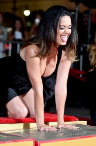 katy-perry-cleavage-and-upskirt-the-people-s-premiere-09