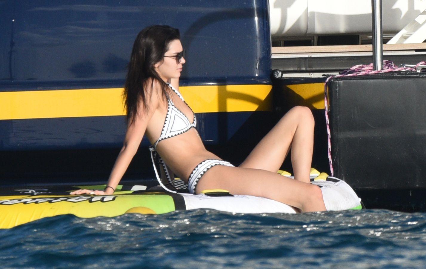 kendall-jenner-wearing-a-bikini-on-a-yacht-in-st-barts-07