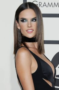alessandra-ambrosio-cleavage-at-58th-grammy-awards-05
