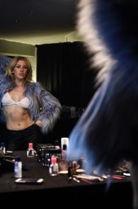 ellie-goulding-cameltoe-behind-the-scenes-photoshoot-04