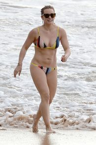 hilary-duff-wearing-a-bikini-in-maui-01