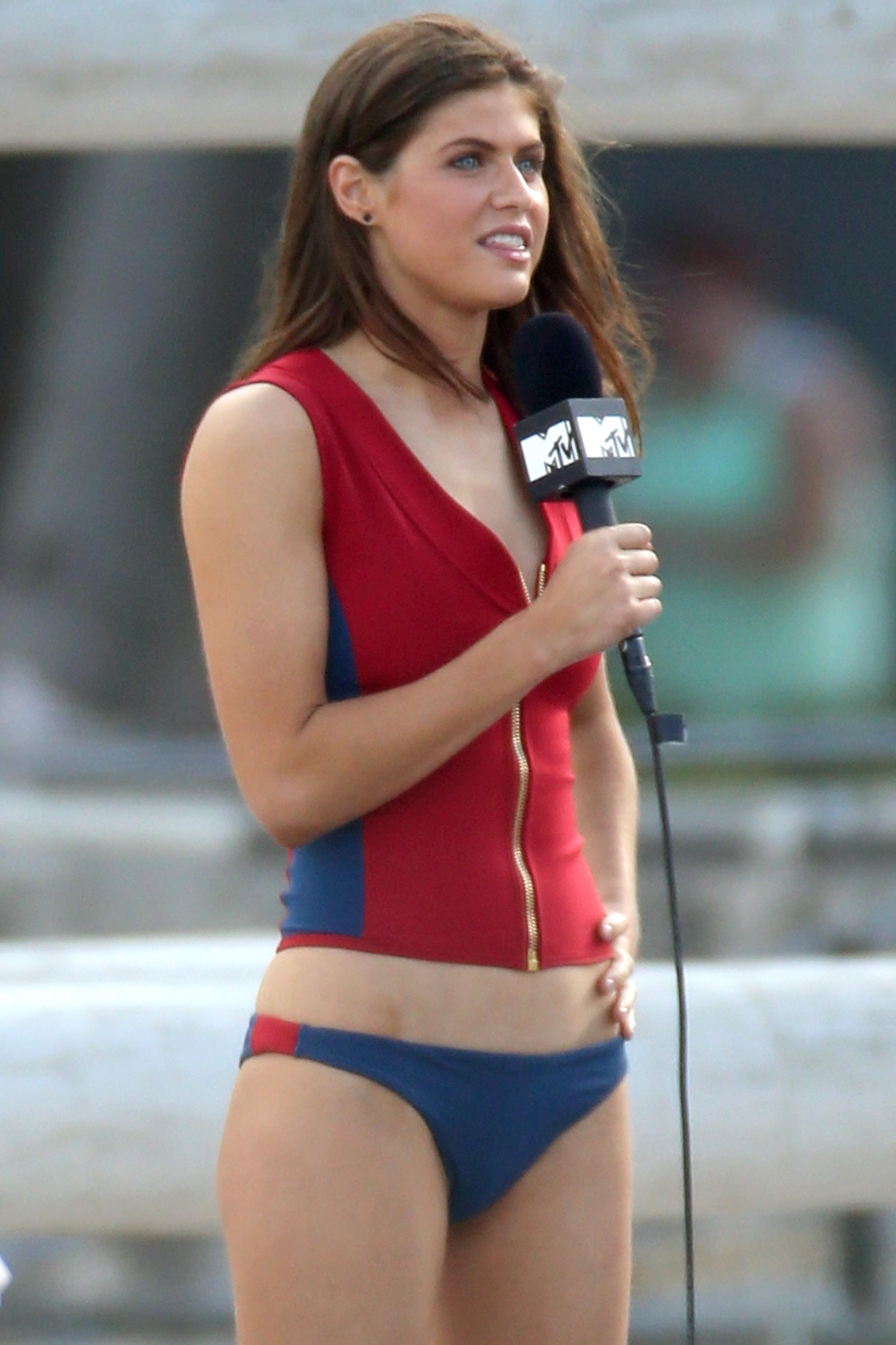alexandra-daddario-bikini-bottom-on-the-set-of-baywatch ...