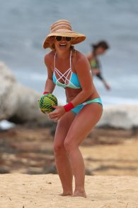 britney-spears-wearing-a-bikini-in-hawaii-05