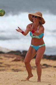 britney-spears-wearing-a-bikini-in-hawaii-08