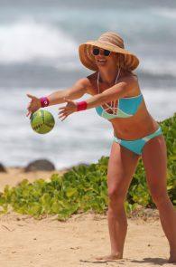 britney-spears-wearing-a-bikini-in-hawaii-09