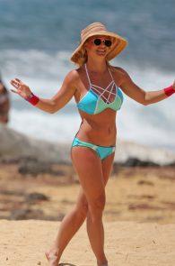 britney-spears-wearing-a-bikini-in-hawaii-10