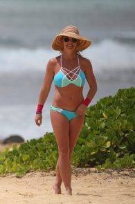 britney-spears-wearing-a-bikini-in-hawaii-12