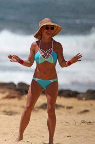 britney-spears-wearing-a-bikini-in-hawaii-28