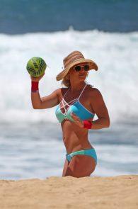 britney-spears-wearing-a-bikini-in-hawaii-32