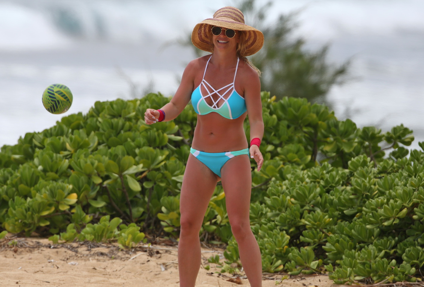 britney-spears-wearing-a-bikini-in-hawaii-34