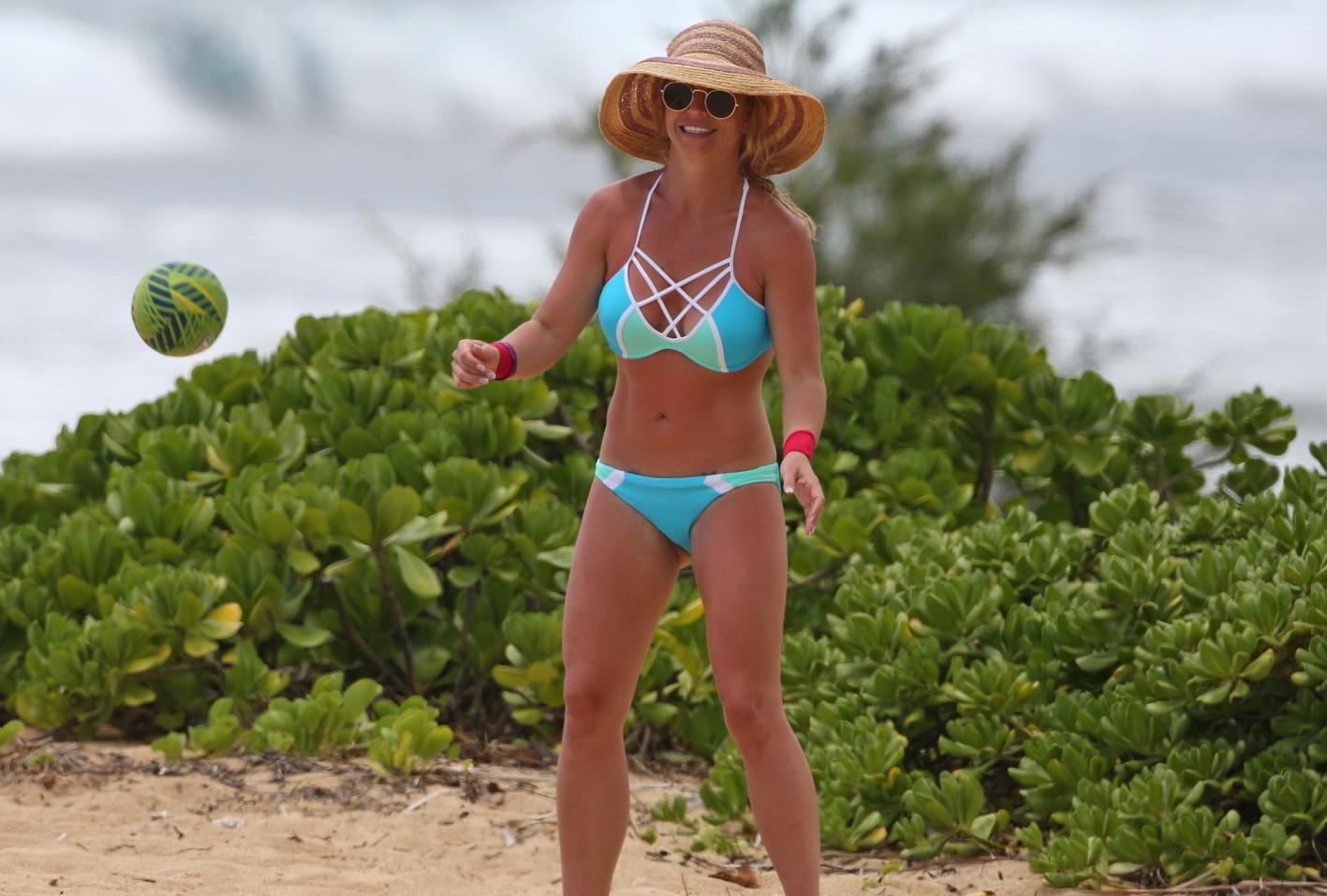 britney-spears-wearing-a-bikini-in-hawaii-34