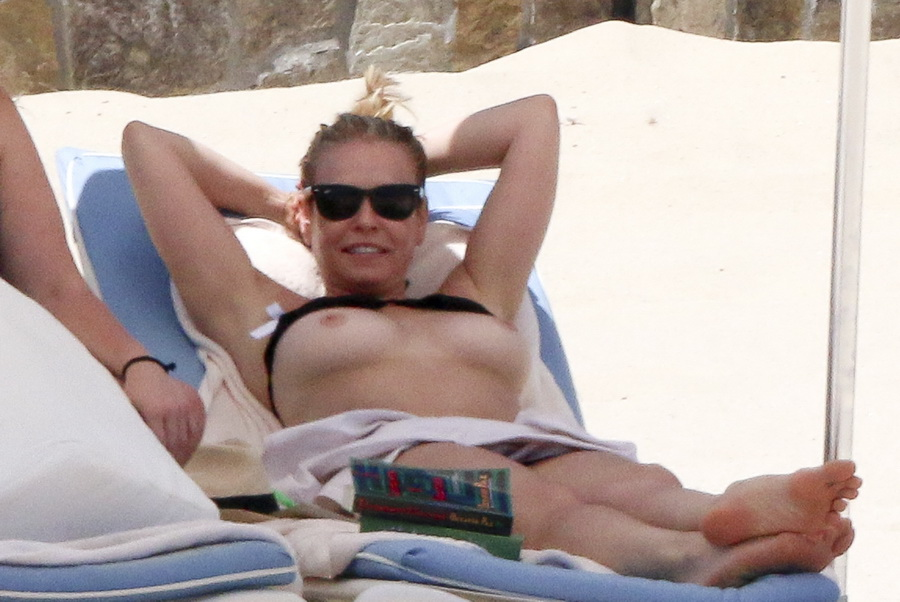 chelsea-handler-topless-on-the-beach-in-mexico-04