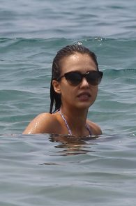 jessica-alba-wearing-a-bikini-on-a-beach-in-hawaii-221