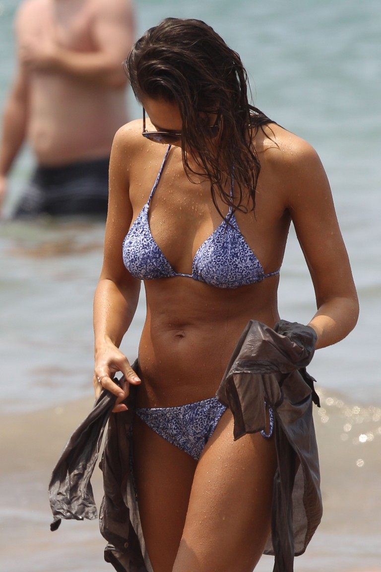 Jessica-Alba-Wearing-A-Bikini-On-A-Beach-In-Hawaii-234 -7573