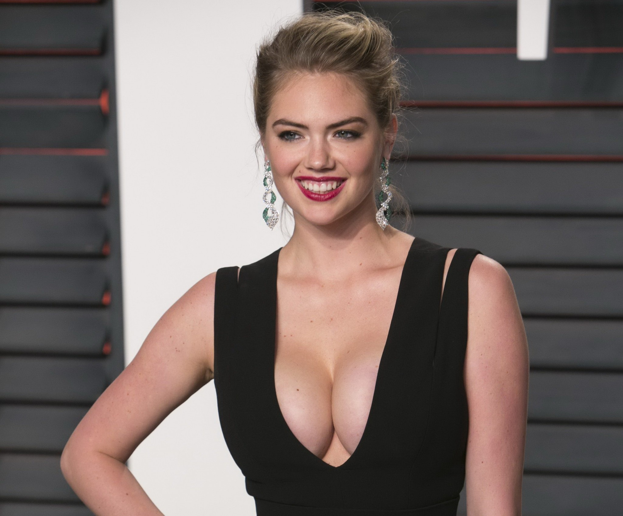 kate-upton-cleavage-at-2016-vanity-fair-oscar-party-13