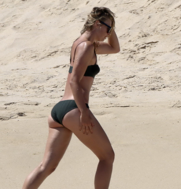 maria-sharapova-wearing-a-bikini-in-los-cabos-30