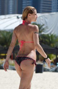 michelle-hunziker-wearing-a-bikini-in-dubai-01