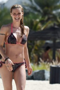 michelle-hunziker-wearing-a-bikini-in-dubai-08